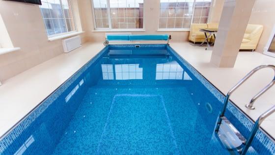 Kolam renang di dalam rumah bisa menjadi solusi lahan sempit.